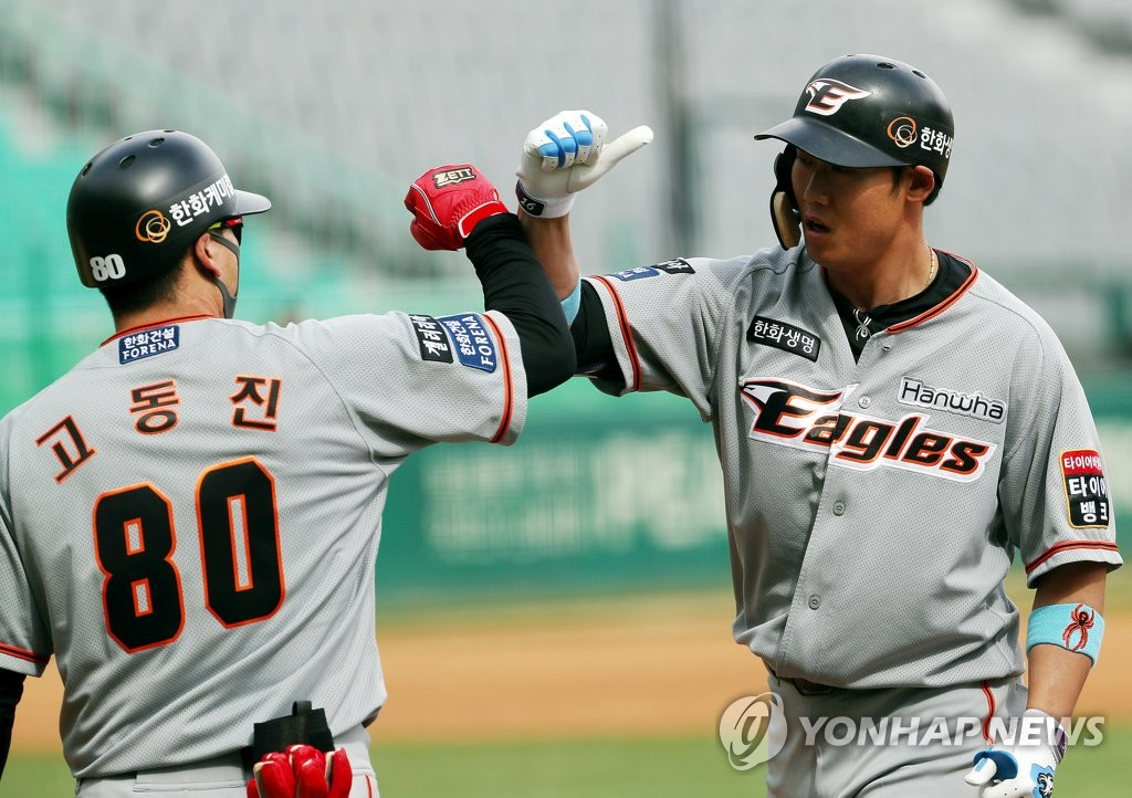 Ha Ju-suk of the Hanwha Eagles (R) bumps elbows with his first base coach Ko Dong-jin after hitting a two-run single against the SK Wyverns during a Korea Baseball Organization regular season game at SK Happy Dream Park in Incheon, 40 kilometers west of Seoul, on May 5, 2020. (Yonhap)