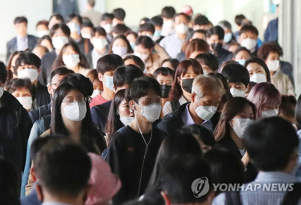 People wearing masks are seen commuting at Sindorim Station in southwestern Seoul on May 6, 2020. (Yonhap)