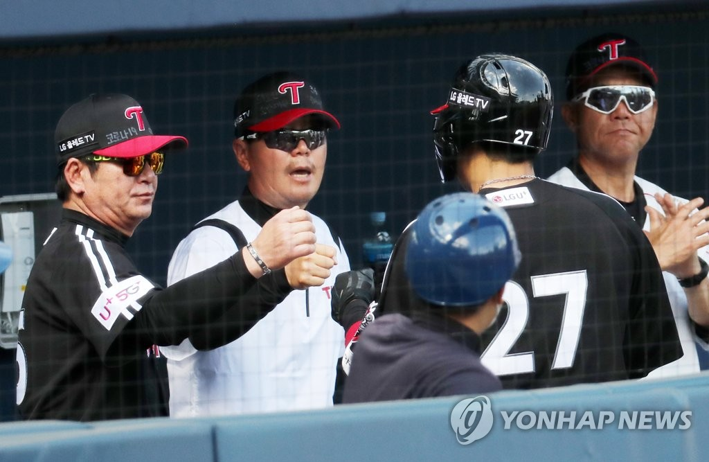 In this file photo from May 10, 2020, LG Twins' manager Ryu Joong-il (R) congratulates his catcher, Yoo Kang-nam (No. 27), after Yoo's solo home run against the NC Dinos in a Korea Baseball Organization regular season game at Changwon NC Park in Changwon, 400 kilometers southeast of Seoul. (Yonhap)