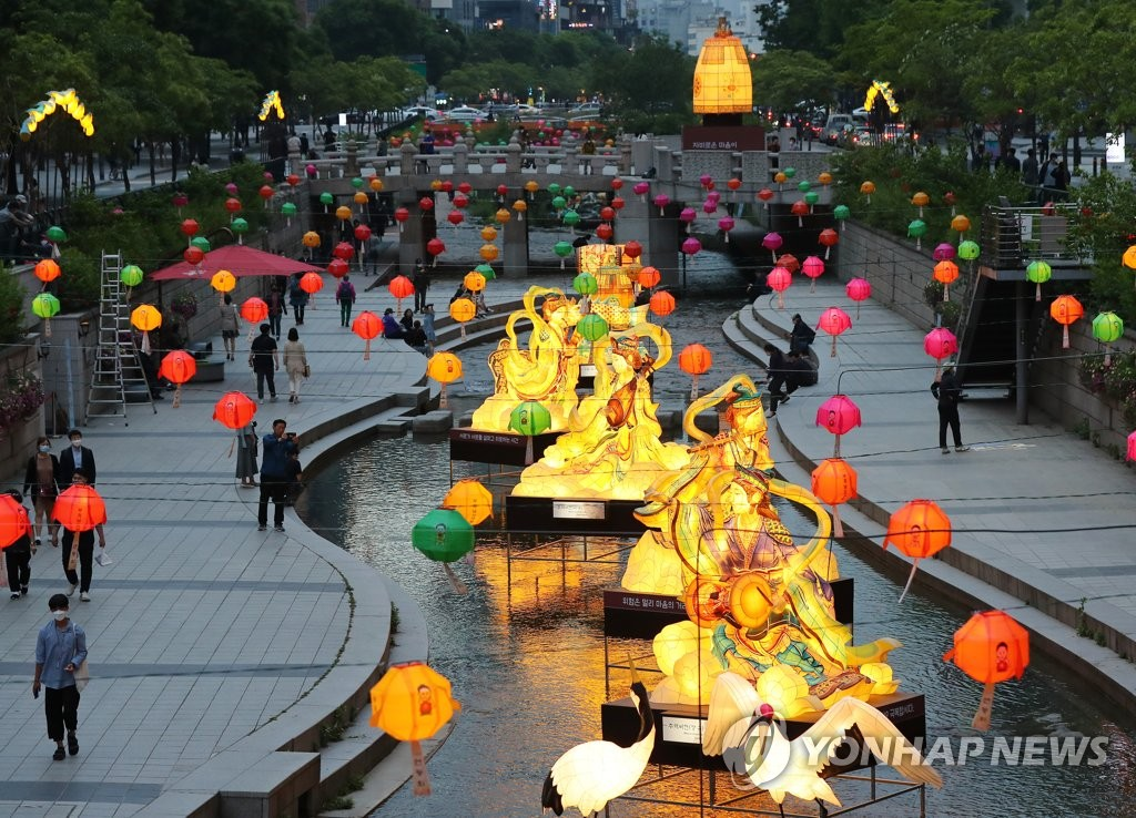 Traditional lanterns light up Cheonggye Stream