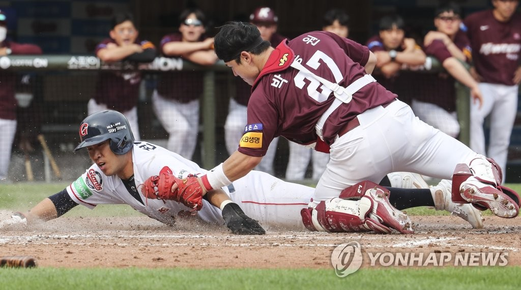 Jeon Jun-woo of the Lotte Giants (L) is tagged out at home plate by Park Dong-won of the Kiwoom Heroes during a Korea Baseball Organization regular season game at Sajik Stadium in Busan, 450 kilometers southeast of Seoul, on May 24, 2020. (Yonhap)