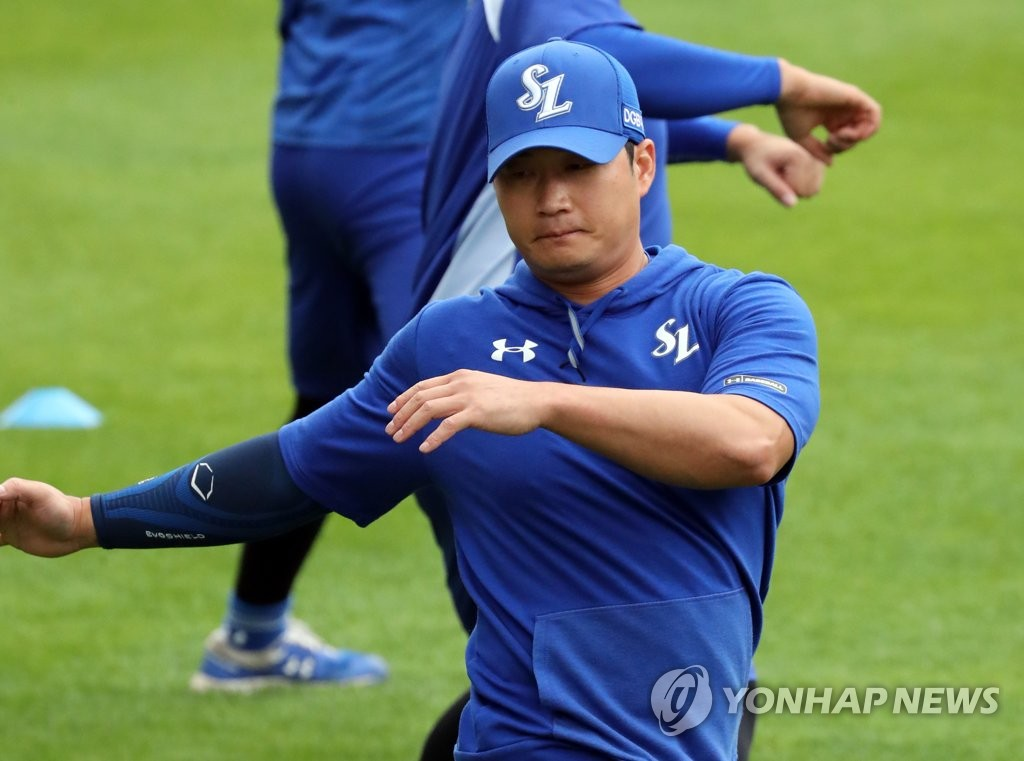 Oh Seung-hwan of the Samsung Lions stretches before practice at Jamsil Baseball Stadium in Seoul on June 2, 2020. (Yonhap)