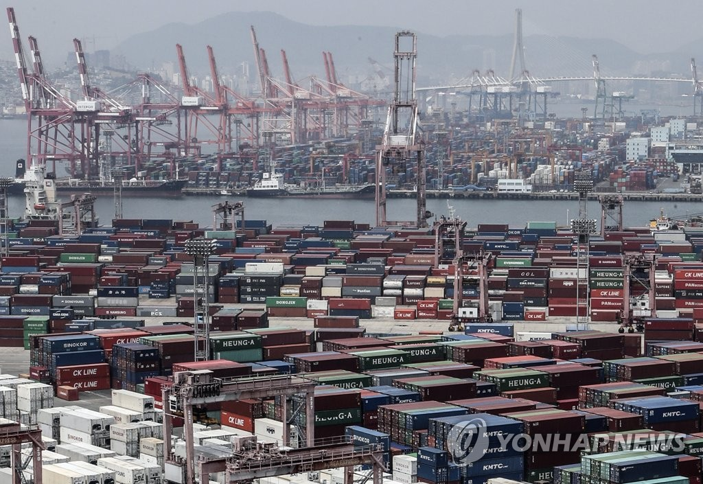 This file photo, taken June 1, 2020, shows piers for exports in Busan. According to the Bank of Korea on July 7, South Korea posted a current account surplus of US$2.29 billion in May, marking a turnaround from a $3.33 billion deficit a month earlier. (Yonhap)