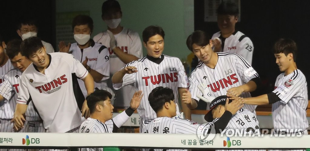 LG Twins players mob Kim Hyun-soo (R) after his solo home run against the SK Wyverns during a Korea Baseball Organization regular season game at Jamsil Baseball Stadium in Seoul on June 9, 2020. (Yonhap)
