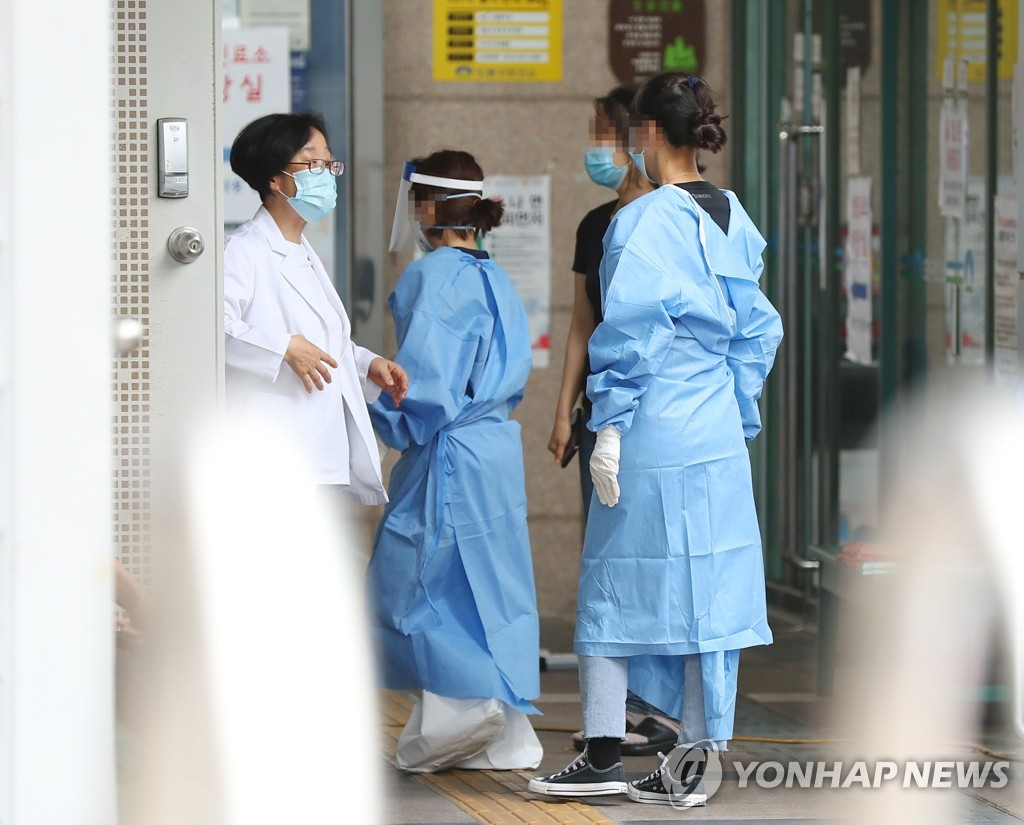 Medical staff work at a makeshift clinic located in northern Seoul on June 12, 2020. (Yonhap)