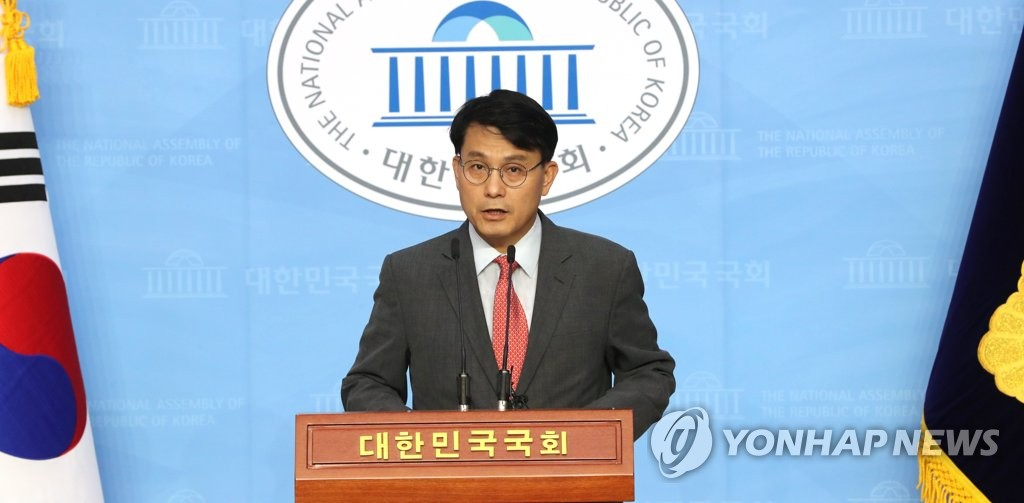 Independent lawmaker Rep. Yoon Sang-hyun holds a press conference at the National Assembly in Seoul on June 15, 2020, in this file photo. Yoon insists that the military waiver program shouldn't be limited to winners of a certain number of limited athletic or music competitions and that BTS members are more than qualified enough to be allowed exemptions. (Yonhap)