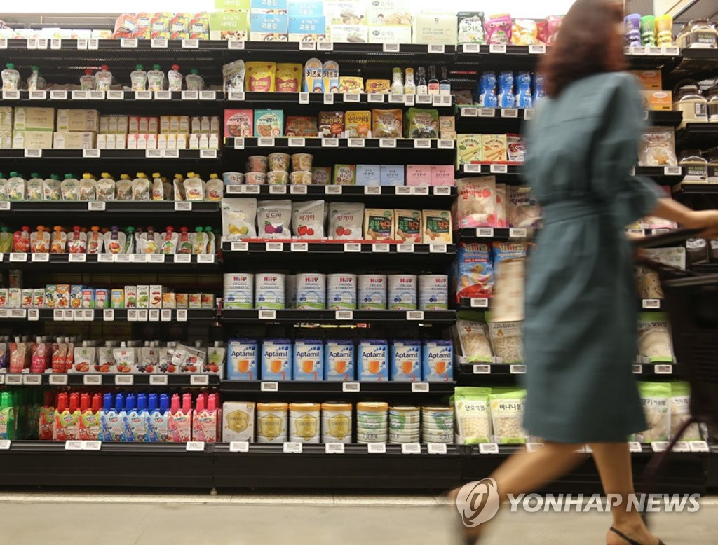 A woman shops for groceries at a department store in Seoul on June 28, 2020. (Yonhap)
