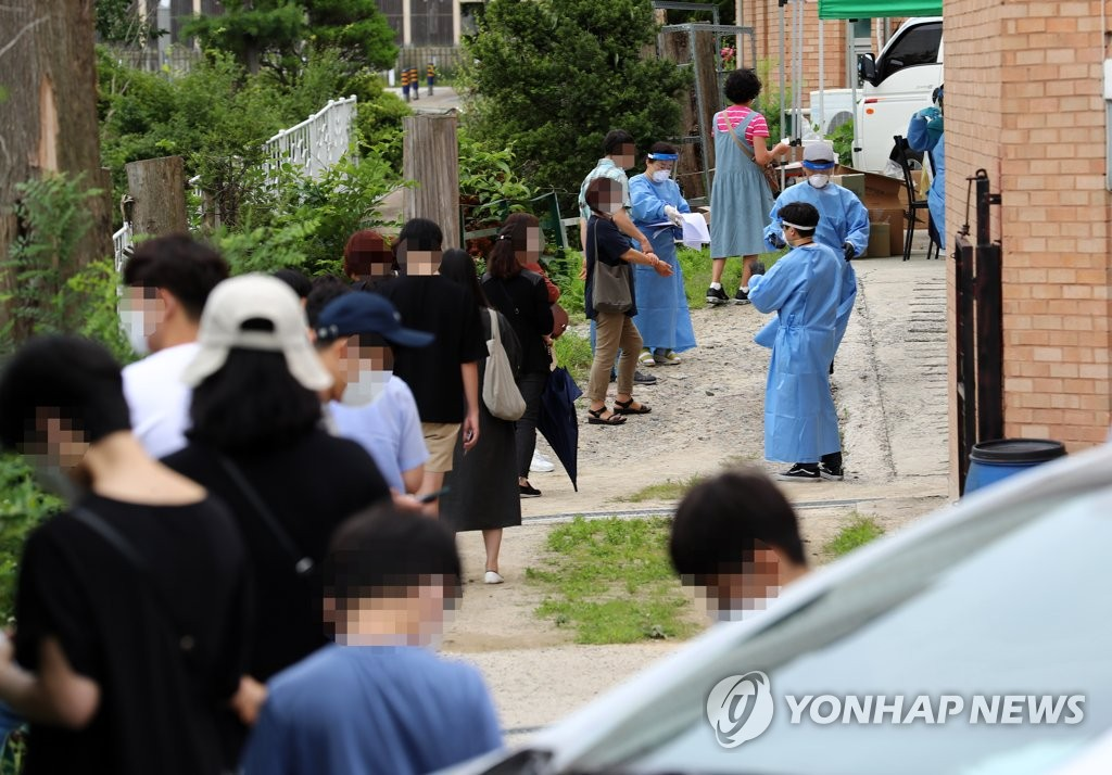 Church members wait to receive new coronavirus tests in Daejeon, 164 kilometers south of Seoul, on July 3, 2020. (Yonhap)