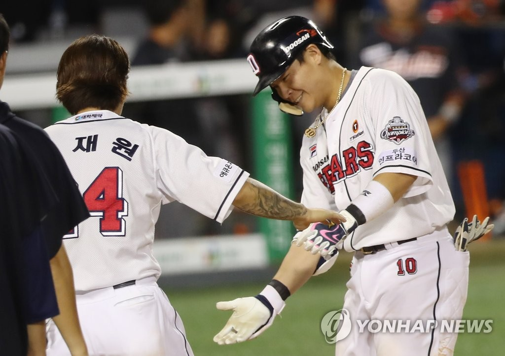 Park Sei-hyok of the Doosan Bears (L) celebrates his walk-off solo home run against the Hanwha Eagles in the bottom of the ninth inning of a Korea Baseball Organization regular season game at Jamsil Baseball Stadium in Seoul on July 3, 2020. (Yonhap)