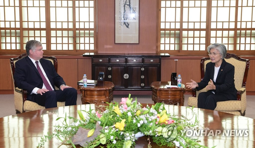 U.S. Deputy Secretary of State Stephen Biegun (L) speaks with South Korean Foreign Minister Kang Kyung-wha at the foreign ministry in Seoul on July 8, 2020. (Pool photo) (Yonhap)