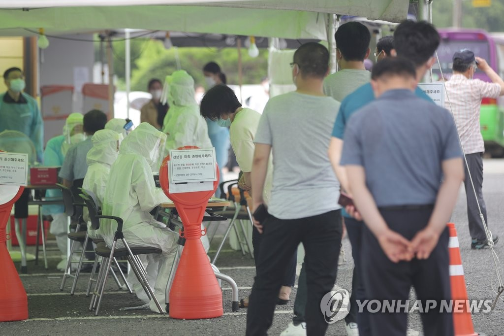 Citizens wait in line to receive new coronavirus tests in the southwestern county of Yeongam on July 9, 2020. (Yonhap)