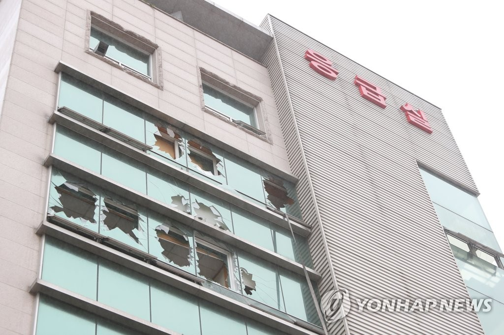 A photo taken July 10, 2020, shows shattered windows from a deadly fire that broke out at a hospital in Goheung, 473 kilometers south of Seoul. (Yonhap)