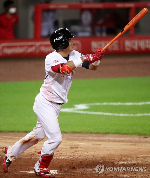 Kia Tigers' Kim Min-sik swings bat