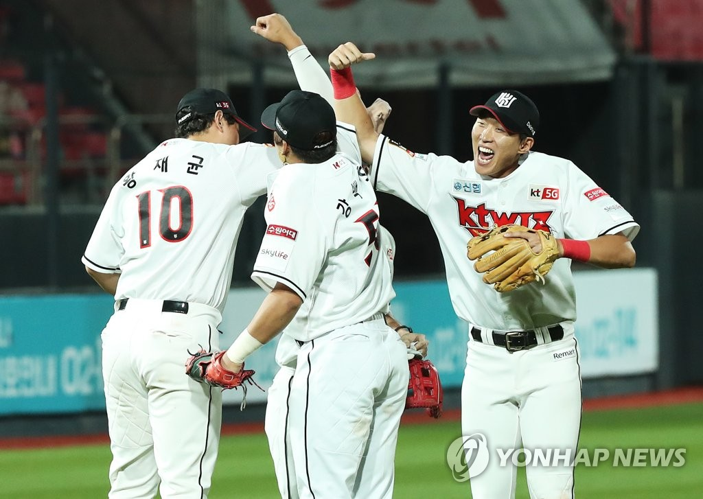 Members of the KT Wiz celebrate their 5-4 victory over the NC Dinos in a Korea Baseball Organization regular season game at KT Wiz Park in Suwon, 45 kilometers south of Seoul, on July 26, 2020. (Yonhap)