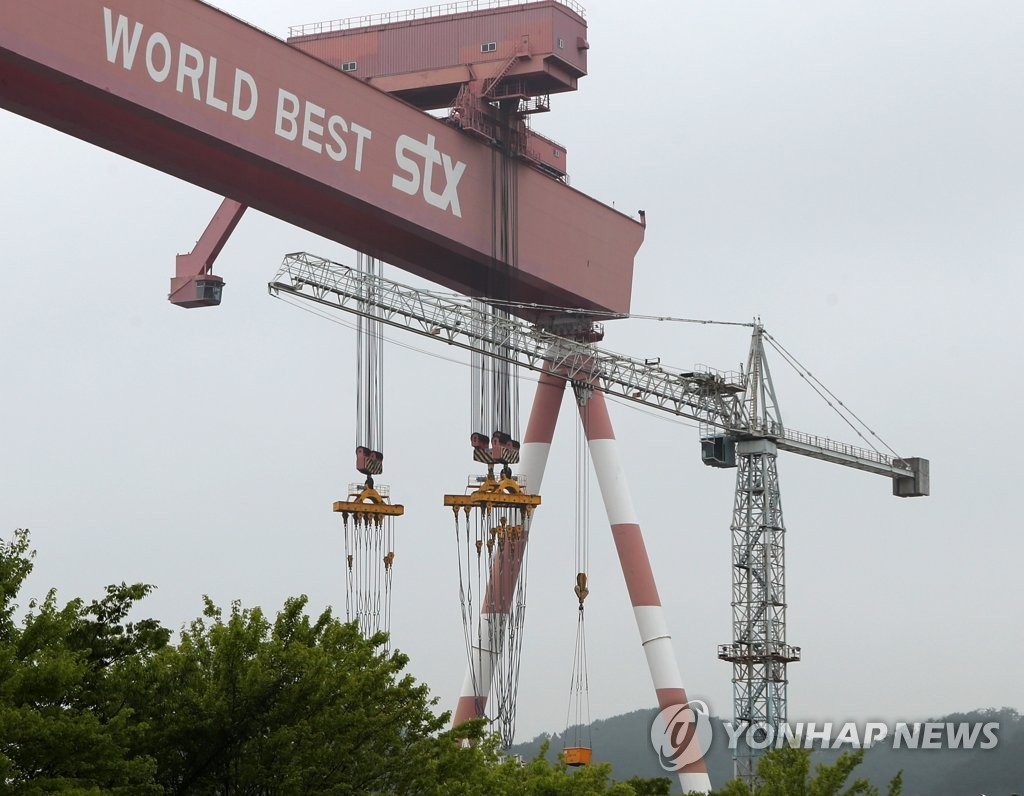 This photo shows an operating large-sized crane in Jinhae shipyard of STX Offshore & Shipbuilding Co. (Yonhap)