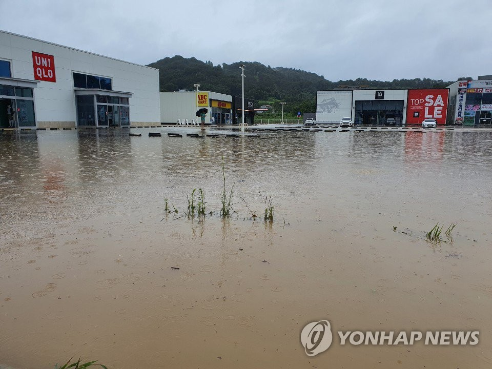 A road in the southern city of Jeonju is inundated due to heavy rain on Aug. 8, 2020. (Yonhap)