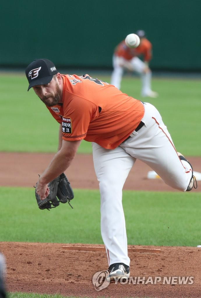 In this file photo from Aug. 9, 2020, Chad Bell of the Hanwha Eagles pitches against the SK Wyverns in a Korea Baseball Organization regular season game at Hanwha Life Eagles Park in Daejeon, 160 kilometers south of Seoul. (Yonhap)