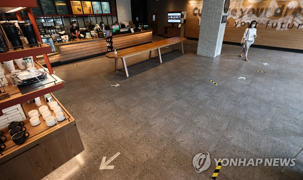 This photo taken on Aug. 31, 2020, shows a coffee franchise outlet in Seoul with tables and seats taken away in line with the government's stricter social distancing guidelines. (Yonhap)