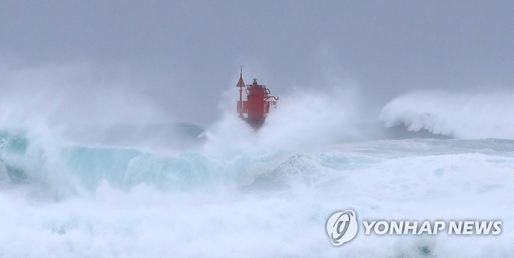 High waves roll toward a lighthouse in seas near Seogwipo, Jeju, on Sept. 2, 2020. (Yonhap)