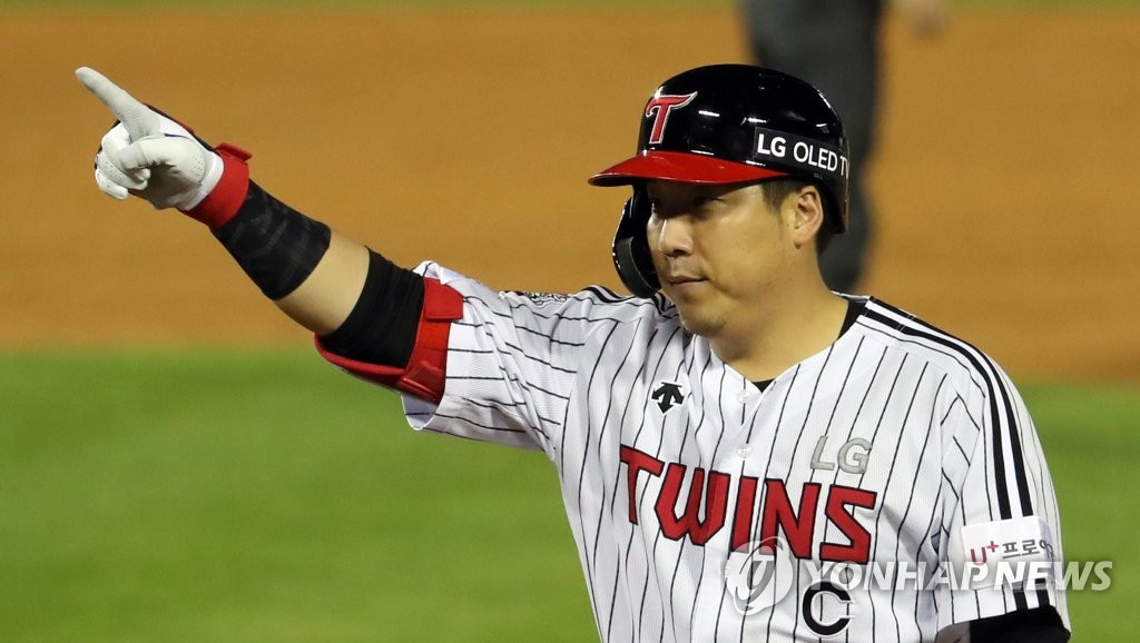 Kim Hyun-soo of the LG Twins celebrates a two-run single against the NC Dinos during a Korea Baseball Organization regular season game at Jamsil Baseball Stadium in Seoul on Sept. 4, 2020. (Yonhap)