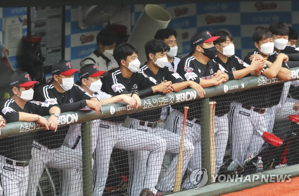In this file photo from Sept. 6, 2020, members of the LG Twins watch their Korea Baseball Organization club in action against the Lotte Giants during a regular season game at Sajik Stadium in Busan, 450 kilometers southeast of Seoul. (Yonhap)