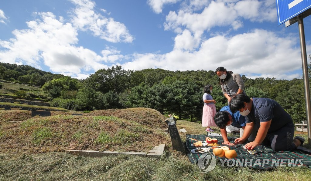 A family carries out the traditional ritual of charye, paying thanks to ancestors, ahead of the Chuseok holiday on Sept. 13, 2020, in Paju, Gyeonggi Province. (Yonhap)