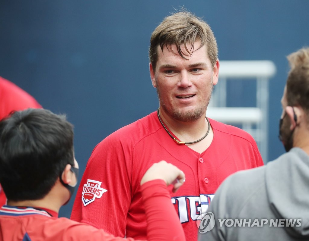 In this file photo from Sept. 13, 2020, Aaron Brooks of the Kia Tigers (C) chats with a teammate in the dugout after being pulled during the bottom of the seventh inning of a Korea Baseball Organization regular season game against the NC Dinos at Changwon NC Park in Changwon, 400 kilometers southeast of Seoul. (Yonhap)