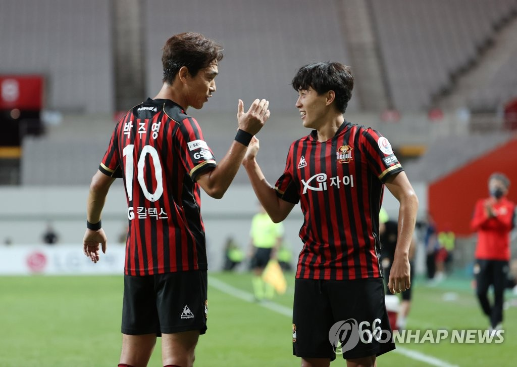 Han Seung-gyu of FC Seoul (R) is congratulated by teammate Park Chu-young after scoring a goal against Suwon Samsung Bluewings during a K League 1 match at Seoul World Cup Stadium in Seoul on Sept. 13, 2020. (Yonhap)