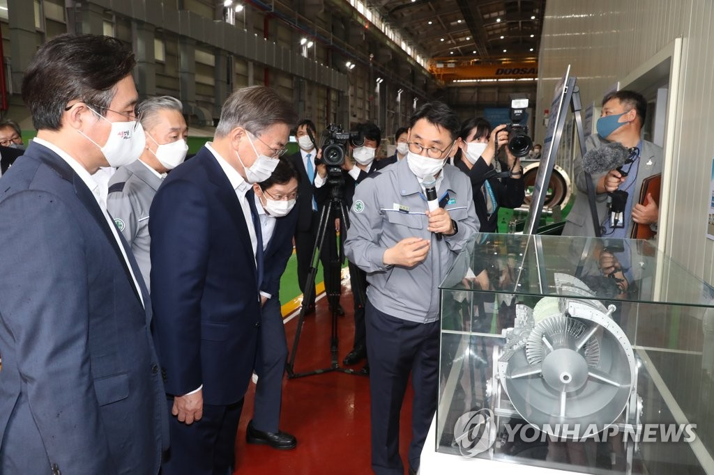 President Moon Jae-in (3rd from L) is briefed on a gas turbine component during a tour of Doosan Heavy Industries & Construction Co. at the National Industrial Complex in Changwon, South Gyeongsang Province, 300 kilometers south of Seoul, on Sept. 17, 2020. (Yonhap)