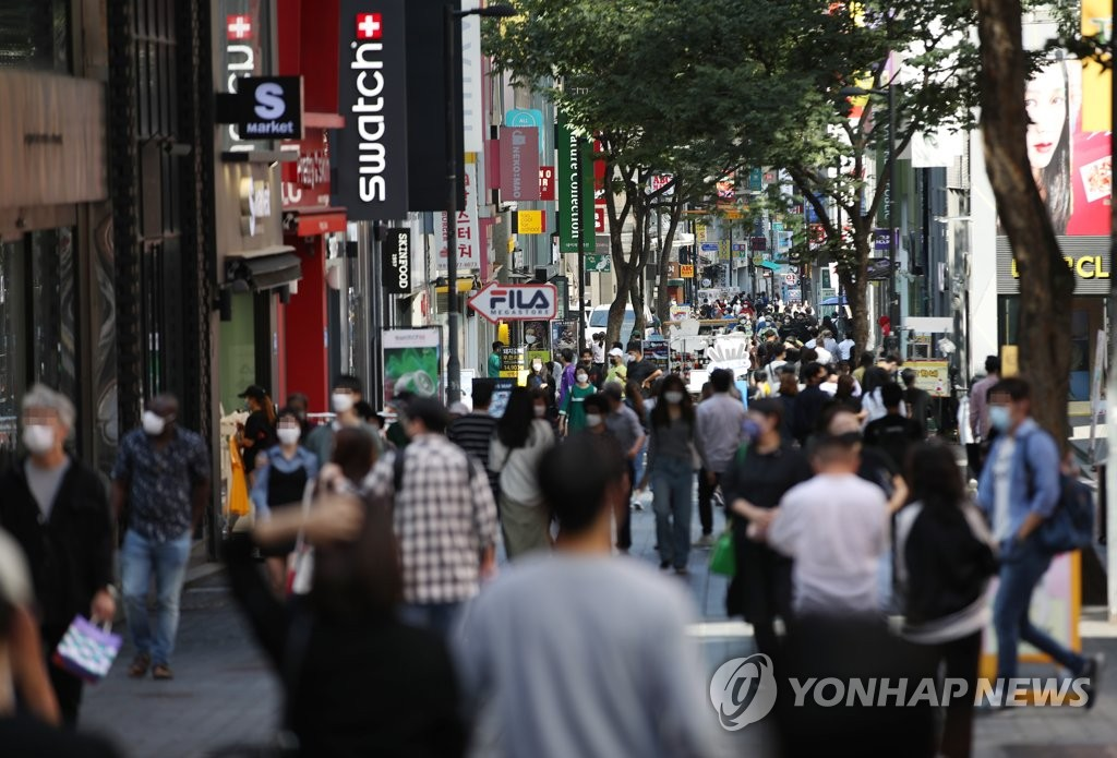 Pedestrians wearing masks walk around central Seoul on Sept. 20, 2020. (Yonhap)
