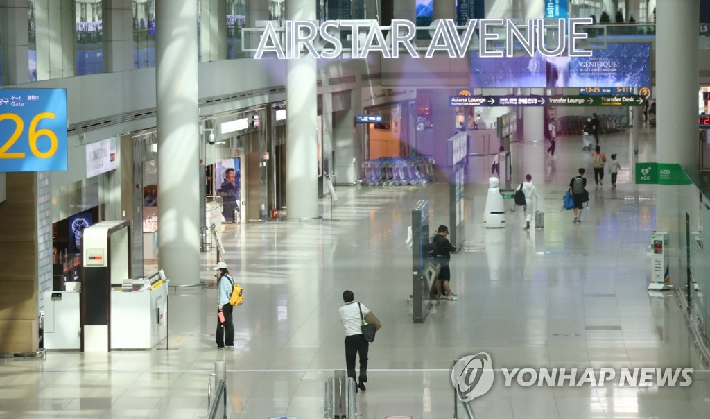 The file photo taken Sept. 24, 2020, shows only a few customers at duty-free stores at Incheon International Airport, west of Seoul. (Yonhap)