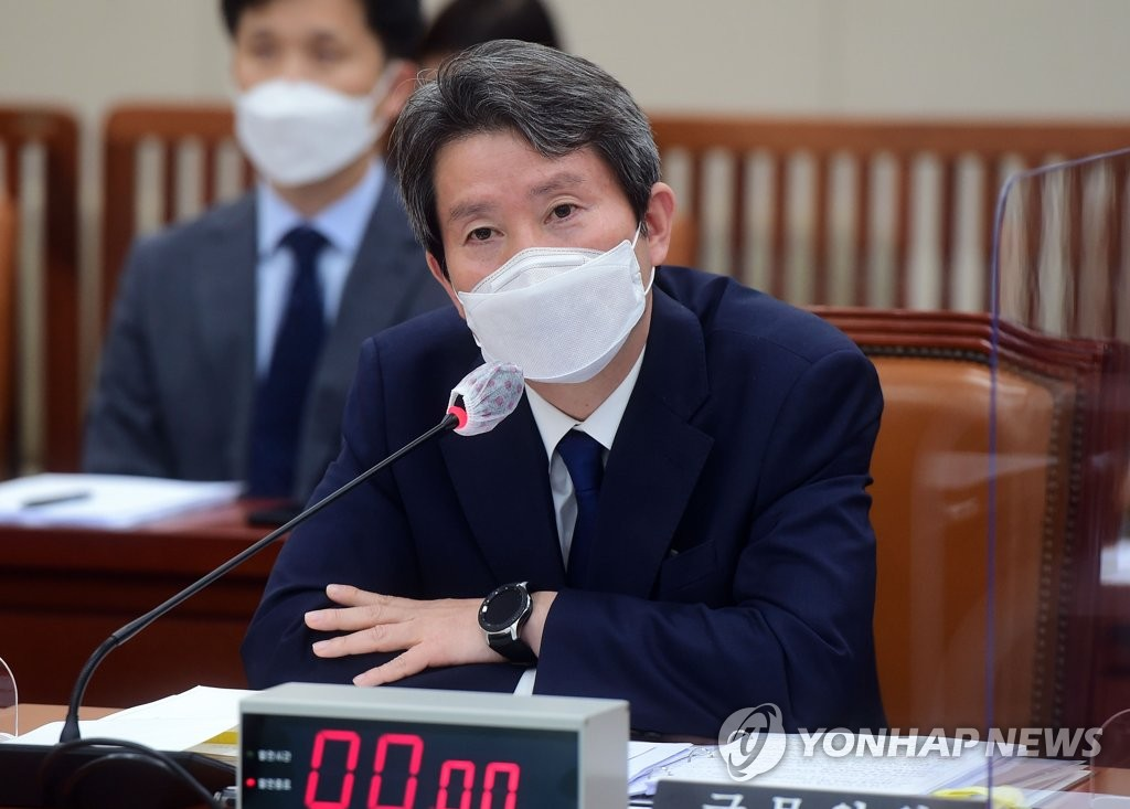 Unification Minister Lee In-young answers a lawmaker's question during a parliamentary inspection of his ministry at the National Assembly in Seoul on Oct. 8, 2020. (Yonhap)