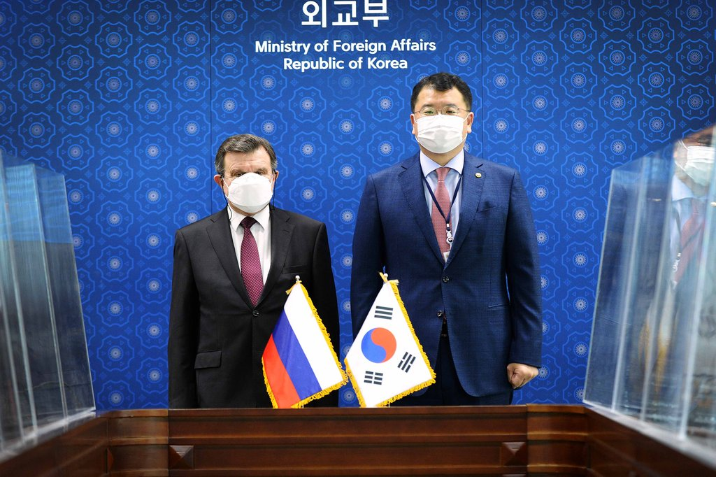 First Vice Foreign Minister Choi Jong-kun (R) and Russia's top envoy to Seoul, Andrey Kulik, pose for a photo during a meeting at the foreign ministry in Seoul on Oct. 12, 2020, in this photo provided by the ministry. (PHOTO NOT FOR SALE) (Yonhap)