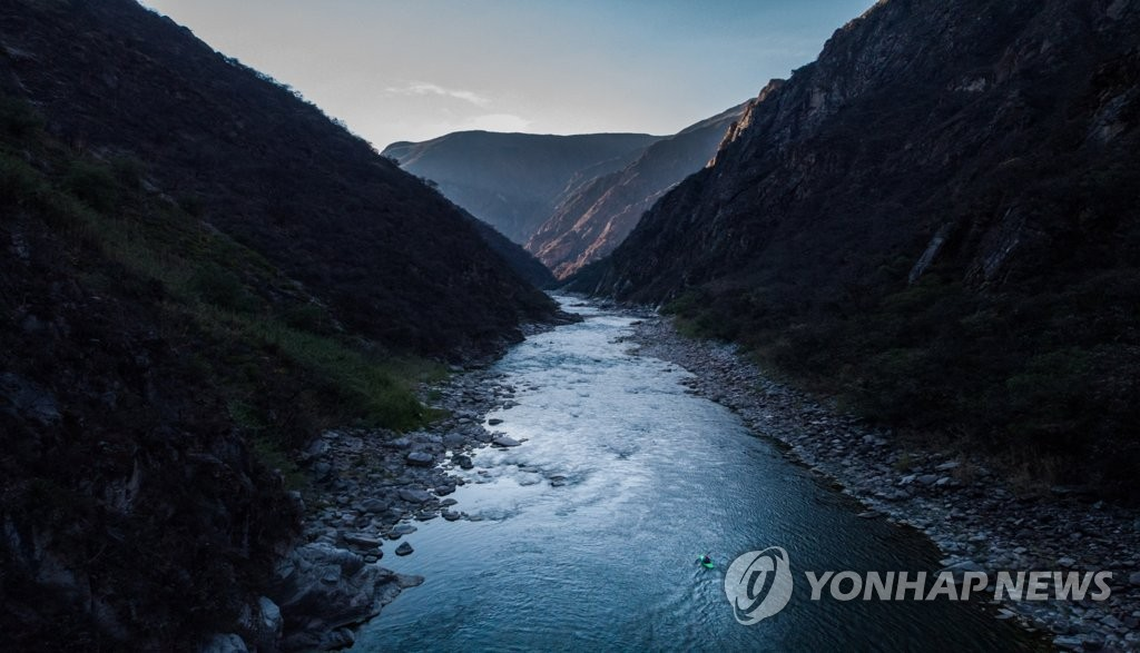 "A still image from ""Apurimac, The River's Call,"" a documentary on extreme kayaking, part of this year's selection of the Ulju Mountain Film Festival (UMFF), a nature and adventure themed international film festival in South Korea. Photo provided by UMFF. (PHOTO NOT FOR SALE) (Yonhap)"