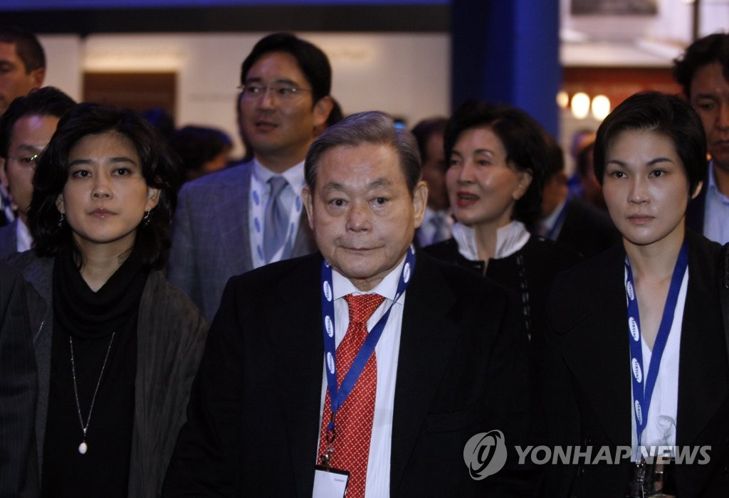 This photo provided by Samsung Group on Oct. 25, 2020, shows Samsung Electronics Chairman Lee Kun-hee (C) with his daughters Lee Boo-jin (L) and Lee Seo-hyun (R) at the 2010 Consumer Electronics Show in Las Vegas, the United States. (PHOTO NOT FOR SALE) (Yonhap)