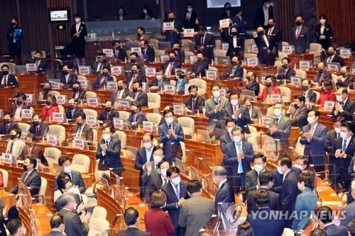 야당 항의 가운데 입장하는 문 대통령