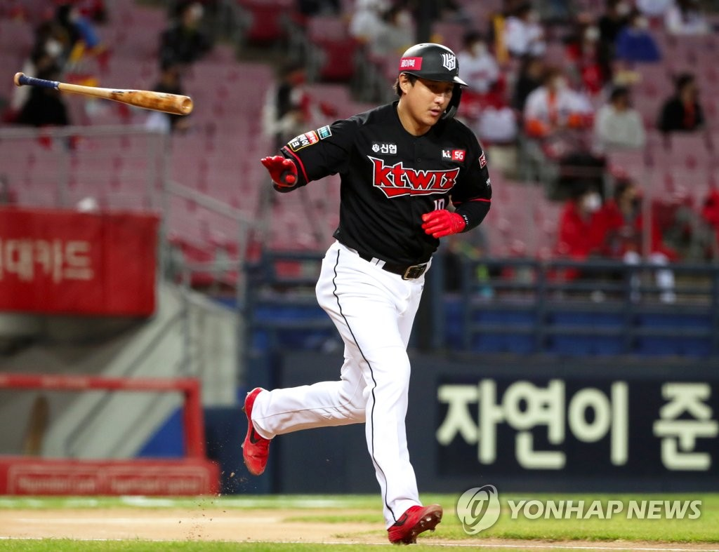 In this file photo from Oct. 28, 2020, Hwang Jae-gyun of the KT Wiz flips his bat after hitting a solo home run against the Kia Tigers in the top of the first inning of a Korea Baseball Organization regular season game at Gwangju-Kia Champions Field in Gwangju, 330 kilometers south of Seoul. (Yonhap)