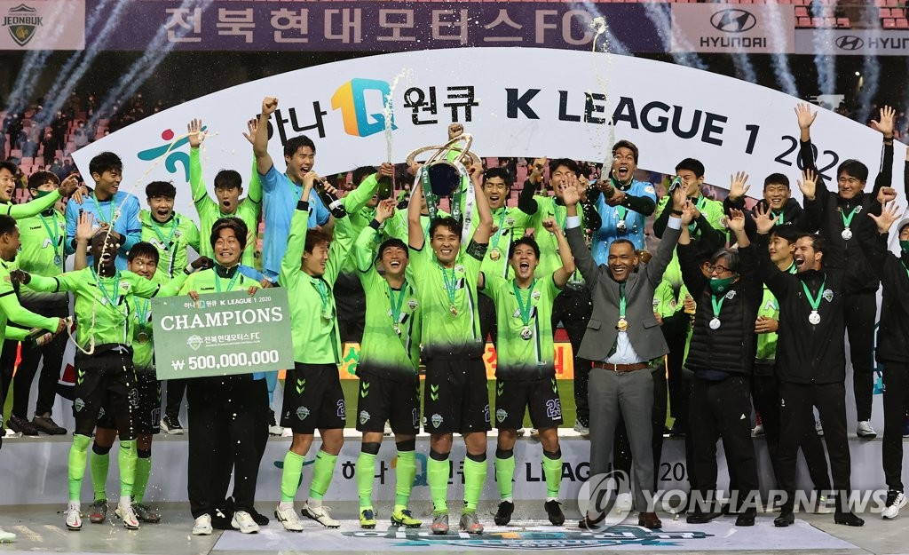In this file photo from Nov. 1, 2020, Jeonbuk Hyundai Motors players and coaches celebrate their K League 1 title at Jeonju World Cup Stadium in Jeonju, 240 kilometers south of Seoul. (Yonhap)