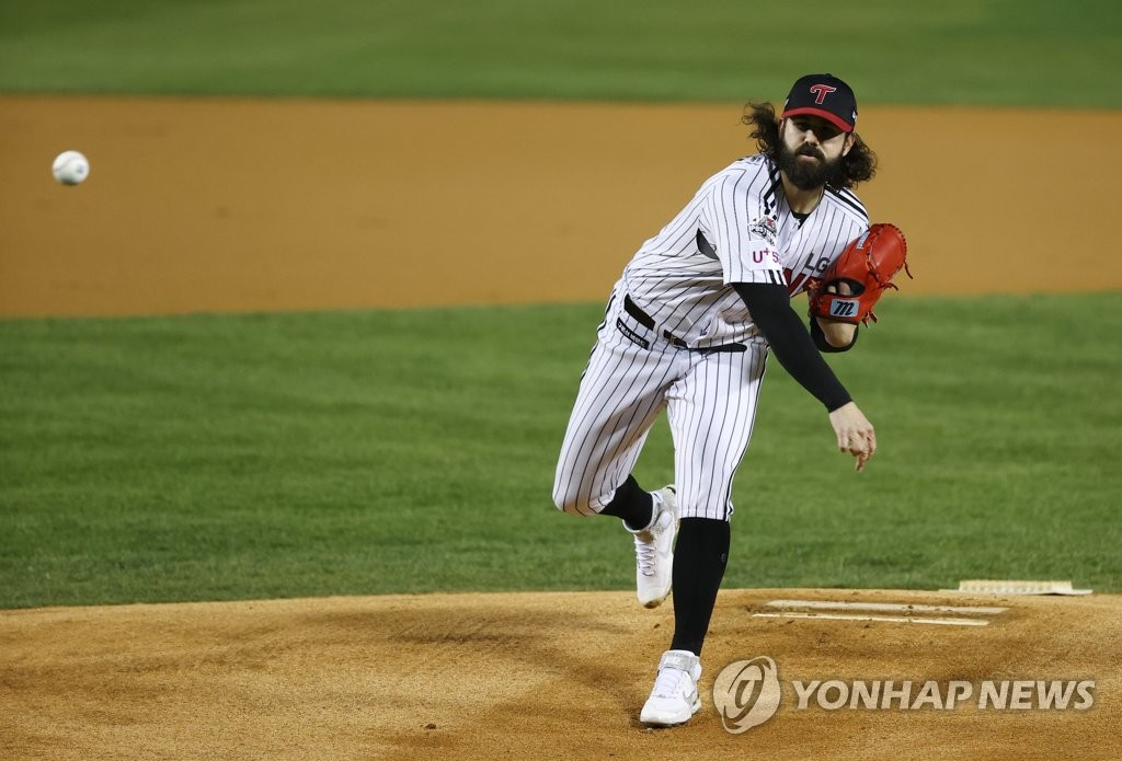 Casey Kelly of the LG Twins pitches against the Kiwoom Heroes in a Korea Baseball Organization Wild Card game at Jamsil Baseball Stadium in Seoul on Nov. 2, 2020. (Yonhap)