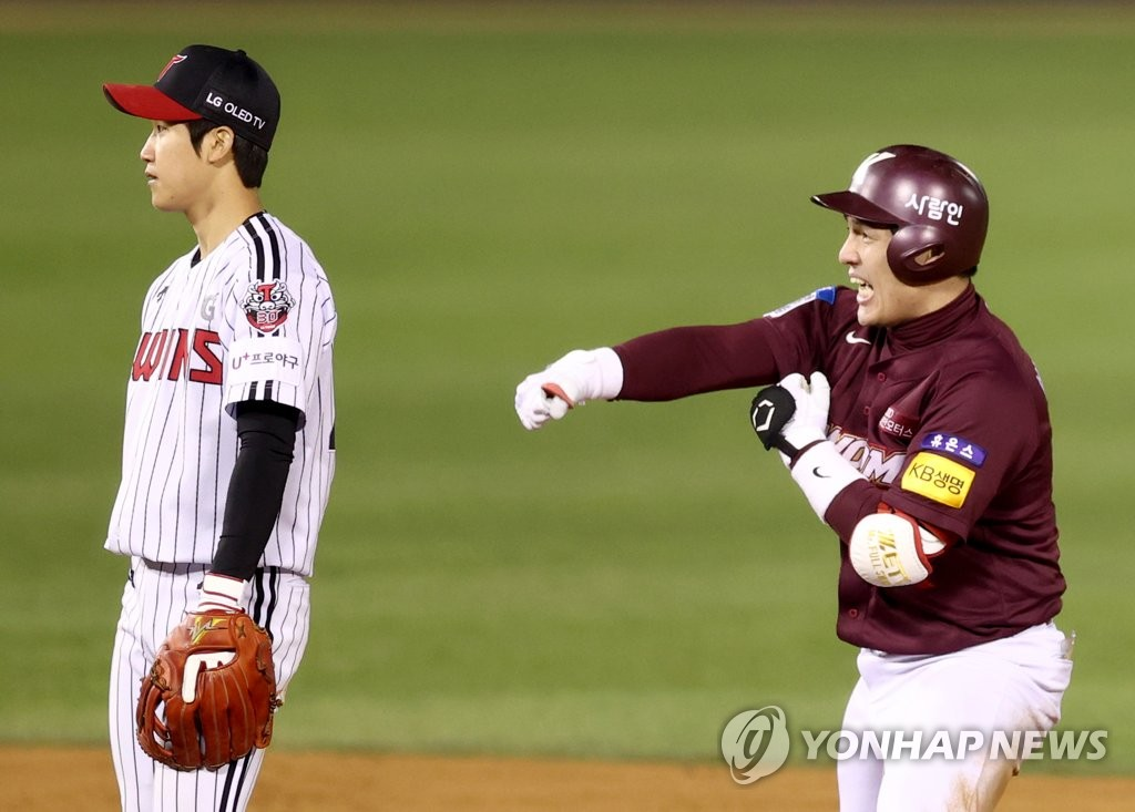 Park Dong-won of the Kiwoom Heroes (R) celebrates his RBI single against the LG Twins in the top of the 13th inning of a Korea Baseball Organization Wild Card game at Jamsil Baseball Stadium in Seoul on Nov. 2, 2020. (Yonhap)