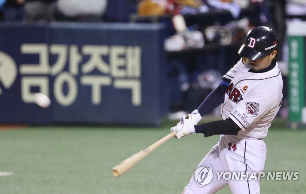 Oh Jae-won of the Doosan Bears hits an RBI double against the LG Twins in the bottom of the fourth inning of Game 1 of the Korea Baseball Organization first-round playoff series at Jamsil Baseball Stadium in Seoul on Nov. 4, 2020. (Yonhap)