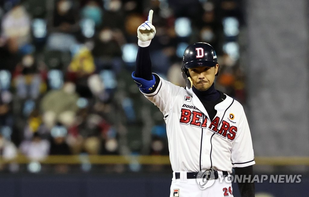 Oh Jae-won of the Doosan Bears celebrates his RBI double against the LG Twins in the bottom of the fourth inning of Game 1 of the Korea Baseball Organization first-round playoff series at Jamsil Baseball Stadium in Seoul on Nov. 4, 2020. (Yonhap)