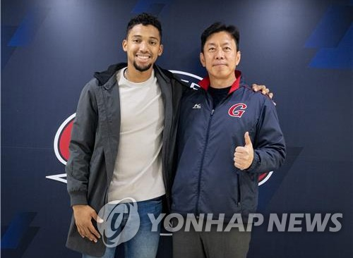 Lotte Giants shortstop Dixon Machado (L) poses with the club CEO Lee Seok-hwan after signing a new deal with the Korea Baseball Organization team, in this photo provided by the Giants on Nov. 6, 2020. (PHOTO NOT FOR SALE) (Yonhap)