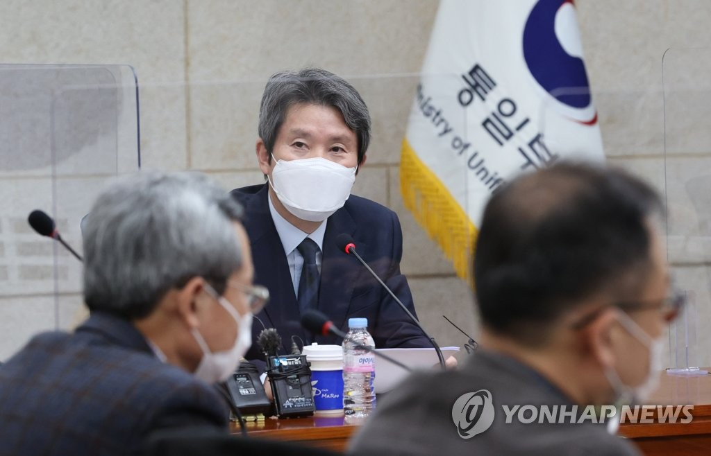 Unification Minister Lee In-young speaks during a press meeting held at the ministry's inter-Korean dialogue office in Seoul on Nov. 9, 2020. (Yonhap)