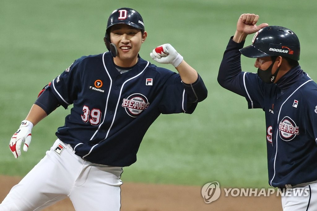 Kim In-tae of the Doosan Bears (L) celebrates his RBI single against the KT Wiz in the top of the ninth inning of Game 1 of the Korea Baseball Organization second-round postseason series at Gocheok Sky Dome in Seoul on Nov. 9, 2020. (Yonhap)