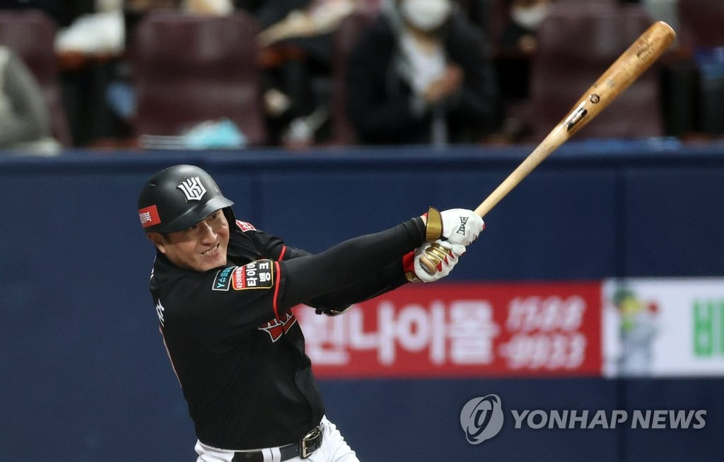 Yoo Han-joon of the KT Wiz hits an RBI single against the Doosan Bears in the top of the eighth inning of Game 3 of the Korea Baseball Organization second-round postseason series at Gocheok Sky Dome in Seoul on Nov. 12, 2020. (Yonhap)