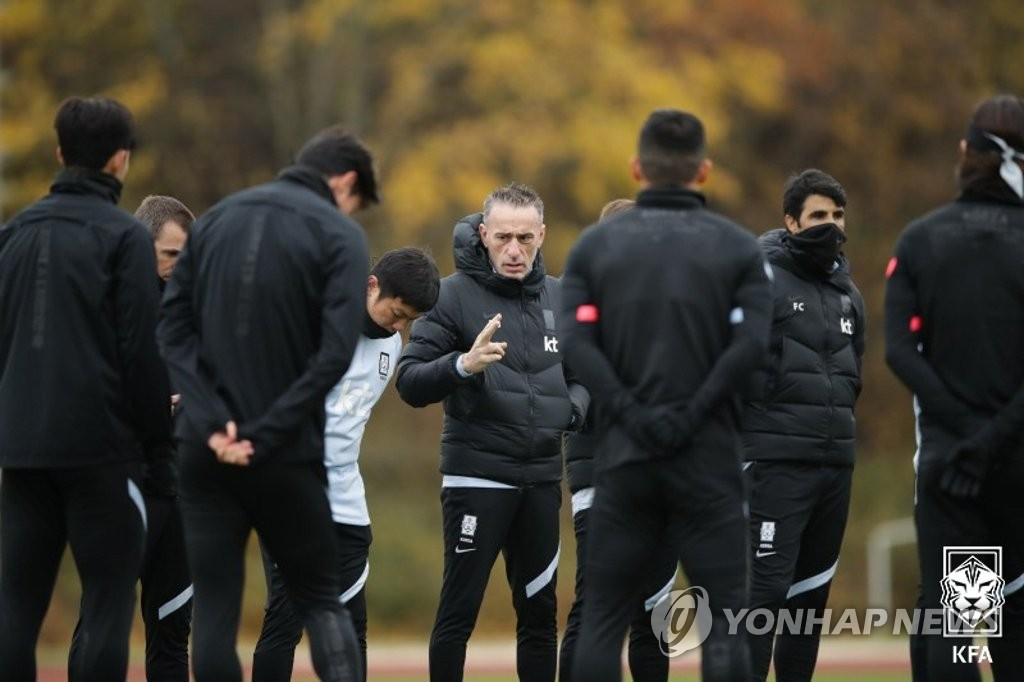 South Korean men's national football team players huddle around their head coach Paulo Bento (C) during practice at BSFZ-Arena at Maria Enzersdorf-Sudstadt in Maria Enzersdorf, Austria, on Nov. 12, 2020, in this photo provided by the Korea Football Association. (PHOTO NOT FOR SALE) (Yonhap)