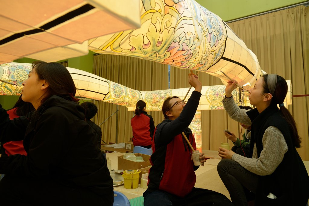 This file photo, provided by the Cultural Heritage Administration on Nov. 17, 2020, shows people preparing for the lantern lighting festival. (PHOTO NOT FOR SALE) (Yonhap)