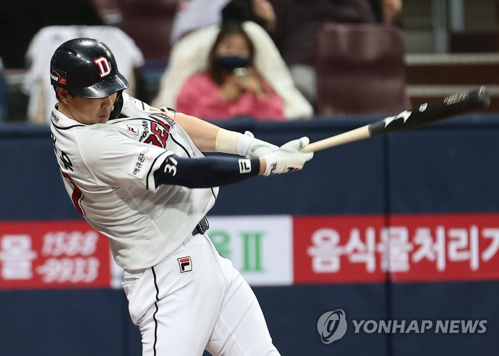 Park Kun-woo of the Doosan Bears hits an RBI groundout against the NC Dinos in the bottom of the second inning of Game 3 of the Korean Series at Gocheok Sky Dome in Seoul on Nov. 20, 2020. (Yonhap)