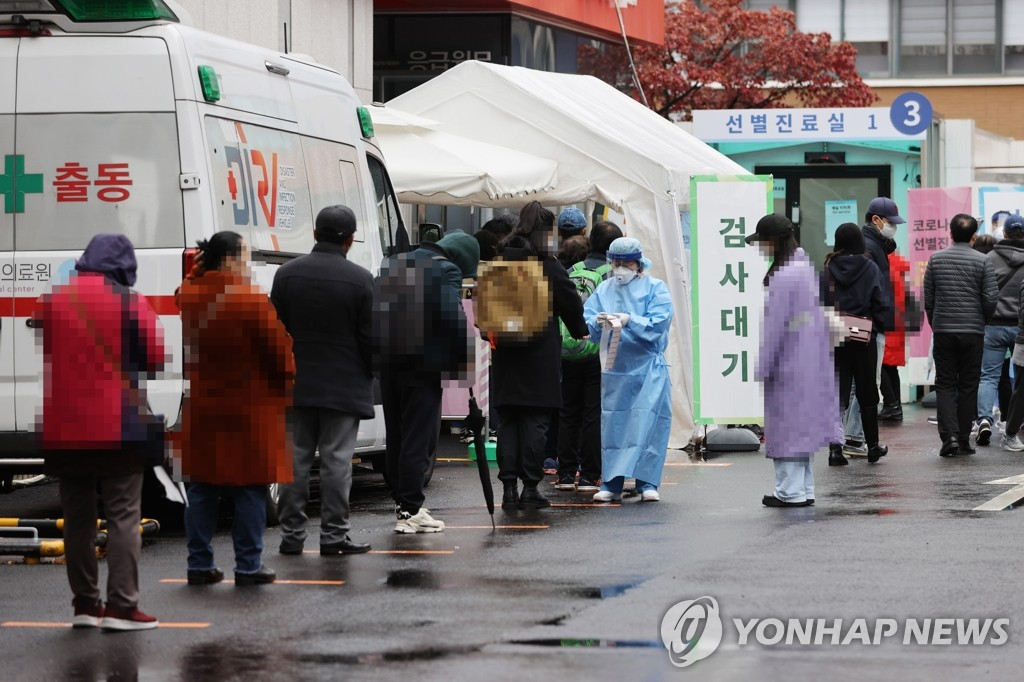 Citizens wait in line at a makeshift virus testing clinic in Seoul on Nov. 22, 2020. (Yonhap)